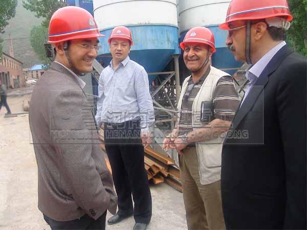 伊朗客戶現場考察陶?;剞D窯生產線現場